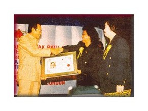 Dr. Mahathir receiving an award.